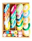 яркие шелковые ленты в деревянной коробке, изолированные на белом — Стоковое фото