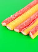 緑の背景に甘いゼリー菓子 — ストック写真
