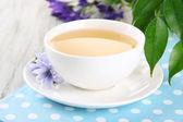 Taza de té con achicoria, sobre fondo de madera — Foto de Stock