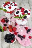Naturjoghurt mit frischen Beeren auf hölzernen Hintergrund — Stockfoto