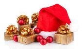 Hermoso sombrero de navidad, regalos y bolas de navidad aisladas en blanco — Foto de Stock