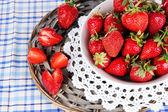 Erdbeeren auf platte auf der weide stehen auf serviette — Stockfoto