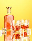 Botella y dos vasos de whisky escocés, sobre fondo de color — Foto de Stock