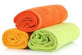 Bunte handtücher, isoliert auf weiss — Stockfoto