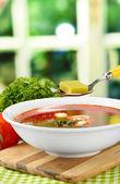 Suppe mit brühwürfel auf holztisch — Stockfoto