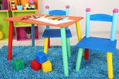 Kleine en kleurrijke tafel en stoelen voor kleine kinderen — Stockfoto
