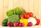Légumes frais sur fond en bois — Photo
