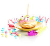 白で隔離されるキャンドルでカラフルな誕生日ケーキ — ストック写真