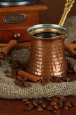 Turk y granos de café sobre fondo oscuro del metal — Foto de Stock