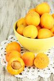 Apricot natural fresca em taça sobre a mesa de madeira verde — Foto Stock
