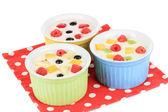 Delicioso iogurte com frutas isoladas no branco — Foto Stock