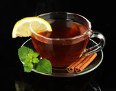 Siyah üzerine izole limon ile çay — Stok fotoğraf
