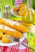 Com sabor de milho cozido na chapa close-up de madeira mesa — Foto Stock
