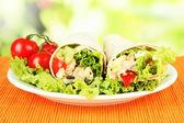 Kebab - grillat kött och grönsaker, på bambu matta, på ljus bakgrund — Stockfoto