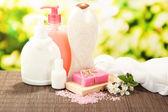 Kosmetyki butelek i naturalne mydła ręcznie robione na zielonym tle — Zdjęcie stockowe