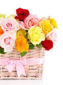 Schöner rosenstrauss in weidenkorb isoliert auf weiss — Stockfoto
