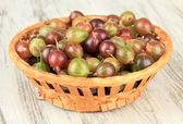 Groselhas frescas na cesta de vime em close-up tabela — Foto Stock