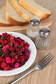 Salada de beterraba no prato em close-up tabela — Foto Stock