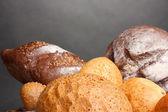 Delicioso pão na mesa de madeira em fundo cinza — Foto Stock