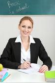 öğretmen kadın sınıfta çalışma portresi — Stok fotoğraf