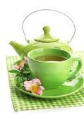 Cup und teekanne von kräutertee mit hip rose blumen, isoliert auf weiss — Stockfoto