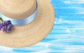 Chapeau d'été magnifique sur un fond en bois bleu — Photo