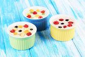 Delicioso iogurte com fruta em close-up tabela — Foto Stock