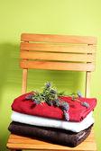 Handtücher und blumen auf holzstuhl auf grünem hintergrund — Stockfoto