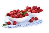 Maduras framboesas doces em taças, isoladas no branco — Foto Stock