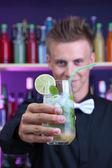 Porträtt av stilig bartender med mojito cocktail cocktailbar, på — Stockfoto