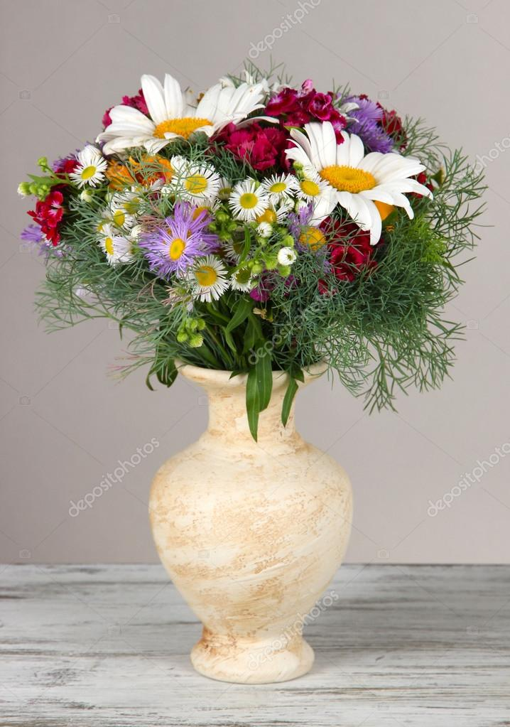 красивые цветы в вазе на столе фото