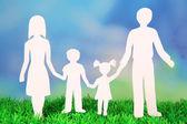 从纸上草在明亮的背景上的家庭 — 图库照片