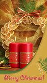 Zwei kerzen und weihnachtsschmuck, auf goldenem grund — Stockfoto