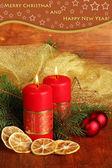 Due candele e decorazioni di natale, su fondo in legno — Foto Stock