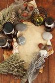 Eski gazeteleri, otlar, taş ve ahşap zemin üzerinde sembolleri ile şişe ile kompozisyon — Stok fotoğraf