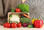 Frisches gemüse in holzkiste auf tisch hautnah — Stockfoto