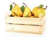 Sappige peren in houten doos geïsoleerd op wit — Stockfoto