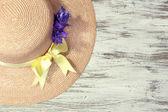 красивая летняя шляпка на деревянных фоне — Стоковое фото