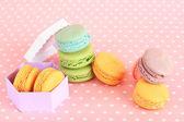 Macarrones suaves sobre fondo rosa — Foto de Stock