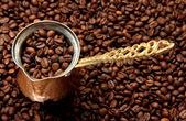 Metalowe turek na tle ziaren kawy — Zdjęcie stockowe