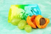 Pezzo di sapone fatto a mano con sapore di frutta, su sfondo luminoso — Foto Stock
