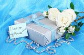 Mavi bir bez arka plan üzerinde romantik parsel — Stok fotoğraf