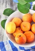 абрикосы на борту для резки на салфетке на деревянный стол — Стоковое фото