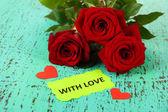 Piękne róże, na tle drewniane kolor — Zdjęcie stockowe