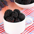 Sweet blackberries in cup on table close-up — 图库照片
