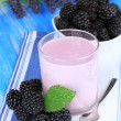 Sweet blackberries with yogurt on table close-up — Foto de Stock