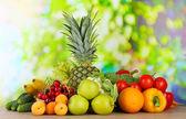 Assortimento di frutta fresca e verdura su fondo naturale — Foto Stock