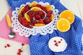 полезные фруктовый салат в пластину на деревянный стол крупным планом — Стоковое фото
