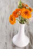 Flores de calêndula em vaso em fundo de madeira — Fotografia Stock