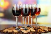 Copos de licores com amêndoas e grãos de café, no fundo brilhante — Foto Stock